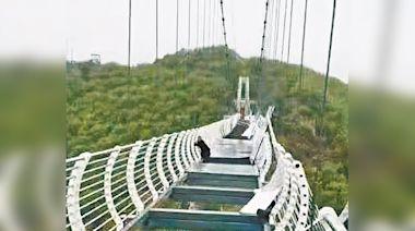 吉林棧道跌玻璃 遊客困260米半空 | 蘋果日報