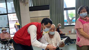 財政局長陳勇勝親切互動 路竹102歲阿公快樂接種   蕃新聞