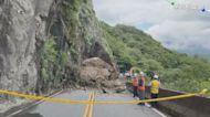 大雨影響巨石坍方 台23線中斷拚搶通