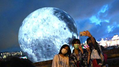 觀塘海濱市民參觀高達15米巨月迎中秋