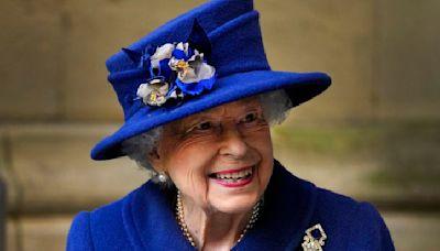 Reina Isabel II pasó la noche hospitalizada