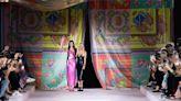 Milano Fashion Week: Versace, un foulard ti vestirà