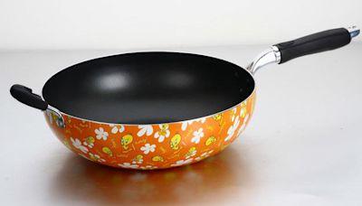 不粘鍋有毒會致癌?塗層花了還能不能用?央視用一個實驗得到答案