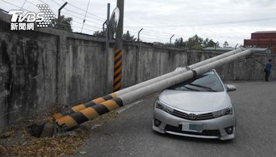 砰砰!拖板車扯斷2根電桿 倒楣飛官開車經過 車頂凹了