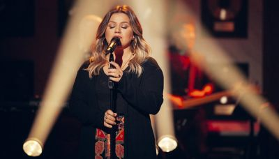 Kelly Clarkson rocks unique version of 'What a Girl Wants' in latest 'Kellyoke'