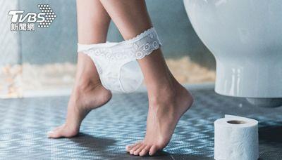 怕爆!停車場公廁門縫大 女聞怪聲下一秒遭「彈內褲」│TVBS新聞網