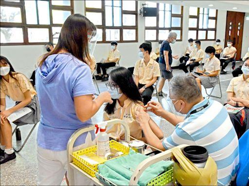 雲嘉兩縣校園施打BNT 7984人接種