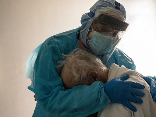 Photo shows doctor embracing a 'vulnerable,' 'lonely' COVID-19 patient on Thanksgiving