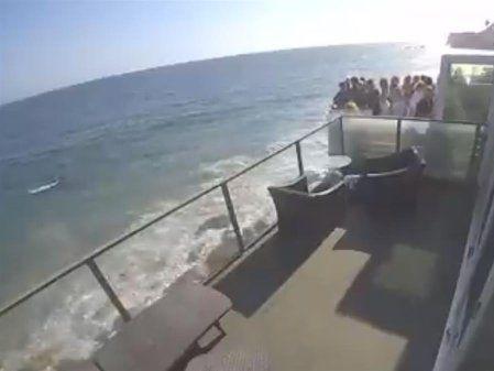 海景第一排開趴!陽台擠15人崩塌 恐怖瞬間曝
