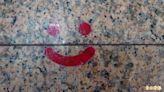車城福安宮「笑臉」標註社交距離 信徒莞爾一笑