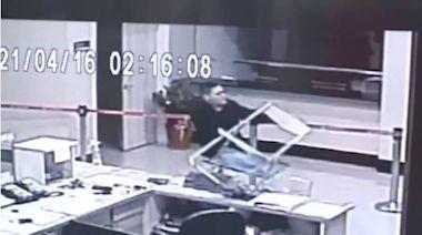 北市警公布消失96秒監視器影像 黑衣人追進松山分局拿椅砸電腦
