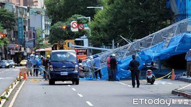 快訊/亞東醫院捷運站外「施工圍籬突倒塌」! 重砸路面嚇壞行人