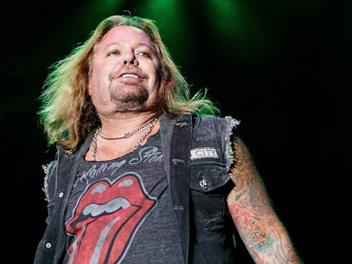 Mötley Crüe's Vince Neil breaks ribs during fall from stage