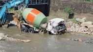 強降雨溪水暴漲! 大型水泥車被沖走「漂流」