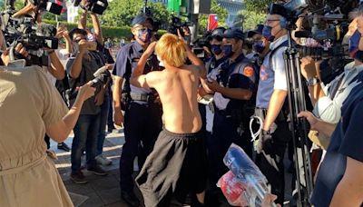 吃屎哥大鬧國慶典禮 場外暴走脫衣直播「幹大事」遭警逮捕