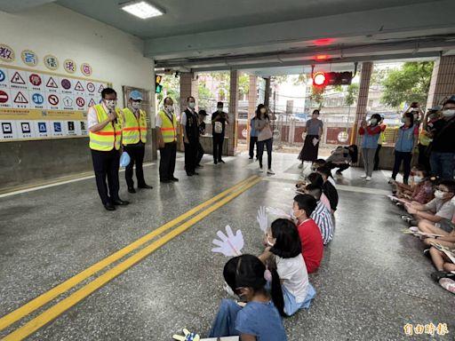 尷尬!市長當導護志工 交通阻塞家長怒「一大早來做什麼秀」