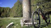 """Le e-bike invadono le montagne. La rivolta degli operatori: """"Un danno enorme per l'ambiente: servono regole e controlli"""""""