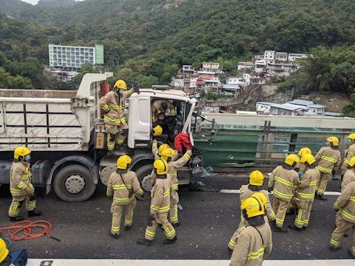 屯門公路兩泥頭車相撞 司機一度被困