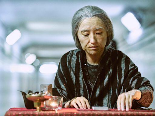 《無神之地不下雨》柯佳嬿化5小時老妝變身算命老婦人 過馬路遭受「特殊眼光」