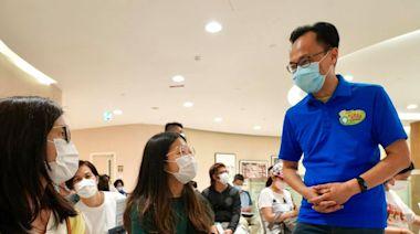 聶德權訪港怡醫院疫苗接種中心 了解青年打針情況