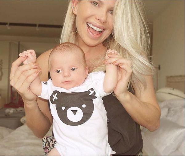 Karina Bacchi faz foto com o filho e fãs notam semelhança ...