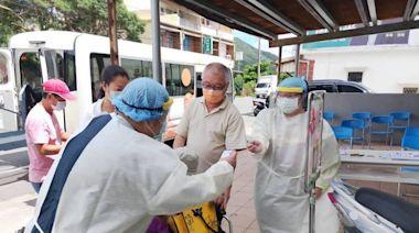屏東偏鄉滿州施打疫苗 長者有幸福巴士接送