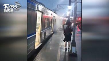 列車鬆軔不良! 台鐵區間車「冒煙竄火光」乘客嚇