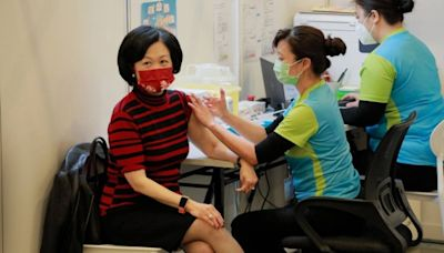 信報即時新聞 -- 葉劉參與接種第三針研究 溝針復必泰