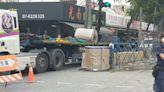 驚!曳引車撞轎車 9噸鋼捲滾落砸向車頭
