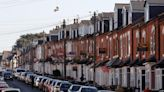 英國樓市狂熱|平均13人爭一盤 有買家追車攔截地產代表冀捷足先登 | 蘋果日報