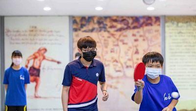 鄭怡靜指導台南基層桌球選手 致贈簽名球拍給黃偉哲
