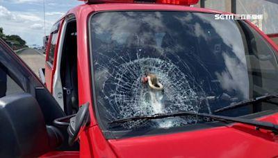 宛如子彈襲擊!大車「插銷」國道噴射 消防車擋風玻璃全碎