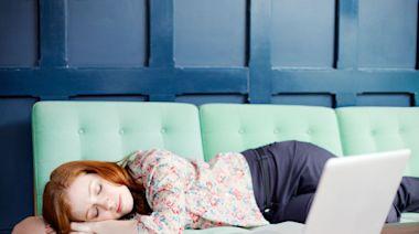 躲疫情在家工作WFH最怕遇到這「5大壞習慣」!晚睡晚起、賴在床上工作~不僅變胖還降低工作效率!