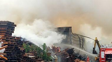 官田工業區大火 資源回收廠內木棧板助燃 從凌晨燒到白天