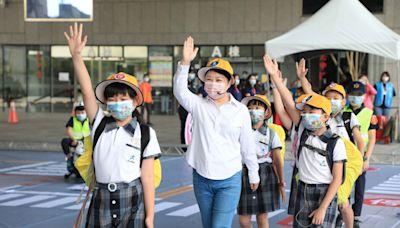 路口慢看停 盧秀燕戴上學生帽與學童宣導道路安全