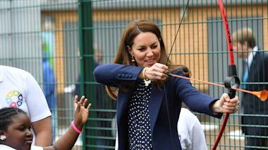 凱特王子妃射箭超帥 大膽捧變色龍療癒