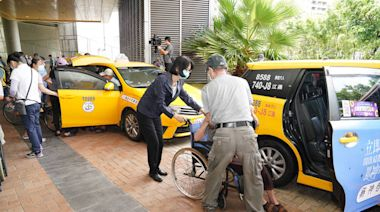 高市今持續為87歲以上長輩施打疫苗 1180輛免費專車溫馨接送