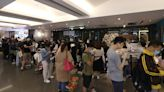 撐阿布泰︱金鐘分店晚上逾百人排隊 途人打卡記錄 外國人買黃絲帶logo酒「懲罰」   蘋果日報