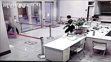 北市警公布影像 黑衣人闖中崙所拿椅亂砸