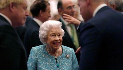 Reina Isabel II trabajando, luego de pasar una noche en el hospital