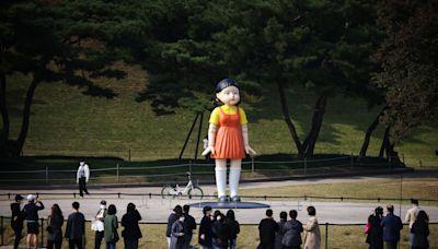 魷魚遊戲1、2、3木頭人4公尺鬼娃完美還原 首爾公園吸粉絲萬聖節朝聖