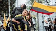 Una madre colombiana que marcha cargando a su hijo discapacitado de 26 años conmociona al mundo