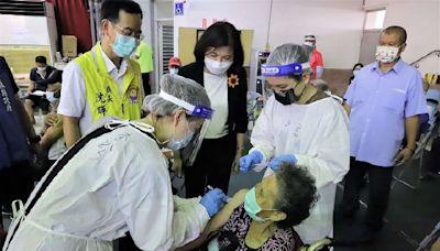雲林縣65歲以上長輩第二劑疫苗施打張縣長到場關心