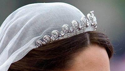 從冠冕、項鍊到耳環,解碼10件經典英國皇室珠寶及背後秘辛!