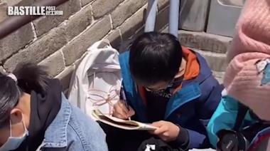 遊長城有感而發 內地男童就地寫作引網友兩極論戰 | Plastic