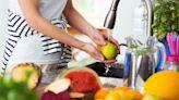 Por qué no debes lavar frutas y verduras con jabón durante la crisis del coronavirus
