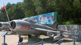 舊機新用,解放軍在福建空軍基地放置大量殲六無人機