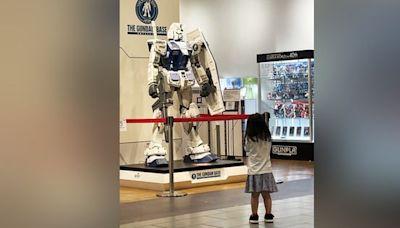3歲女童見「巨型鋼彈」秒合十膜拜 網全笑翻:這孩子有前途!