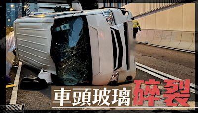 交通意外|中環貨Van自炒翻側 司機乘客受傷送院