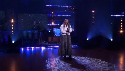 Kelly Clarkson performs soaring cover of Reba McEntire hit 'How Blue'